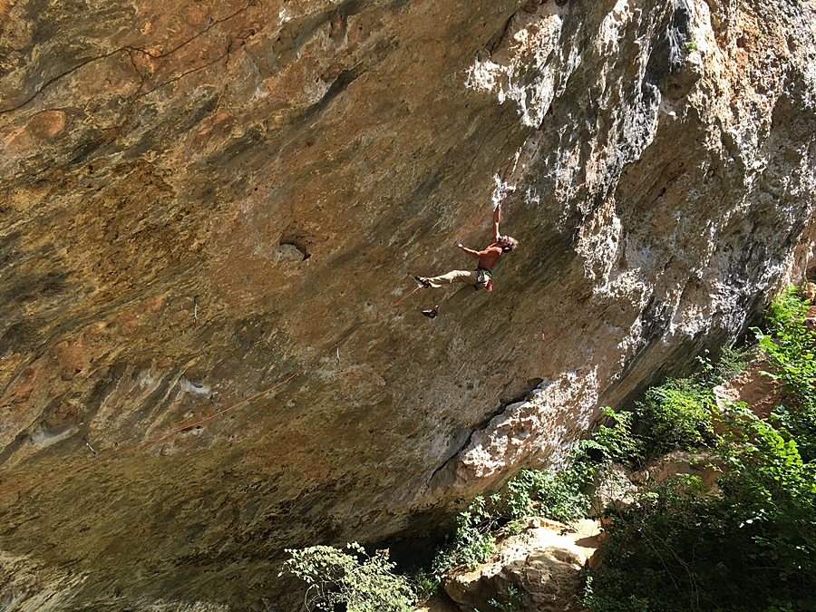 One of the Locals almost latching the hold on Dessèchement Planétaire, L' Oasif. Pic Rich Kirby.